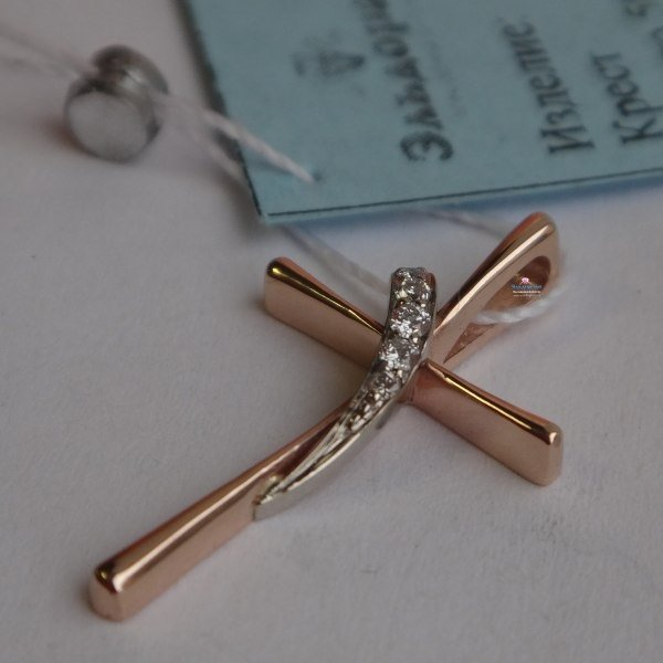 Маленький Католический крестик из комбинированного золота с бриллиантами