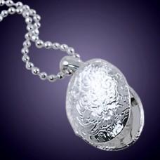 Медальон из белого золота..