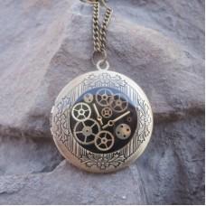 Медальон из белого золота с эмалью..