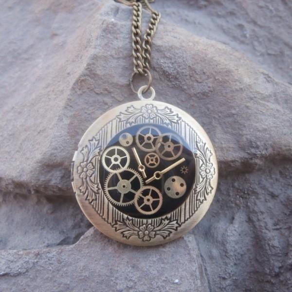 Медальон из белого золота с эмалью