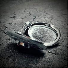 Медальон из платины с гранатом и бриллиантами..