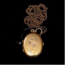 Медальон из желтого золота с бриллиантами..