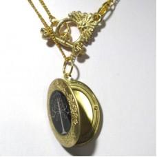Медальон из желтого золота с эмалью..