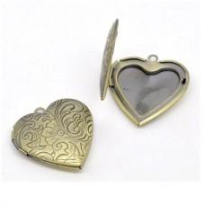 Медальон из желтого золота в виде сердца..
