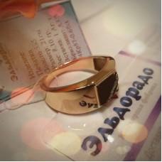 Печатка из комбинированного золота с бриллиантами и агатом..