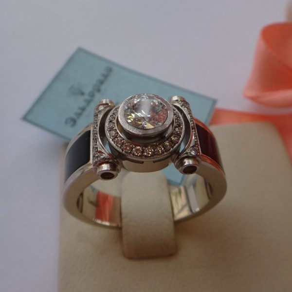 Перстень из белого золота с бриллиантами и агатами