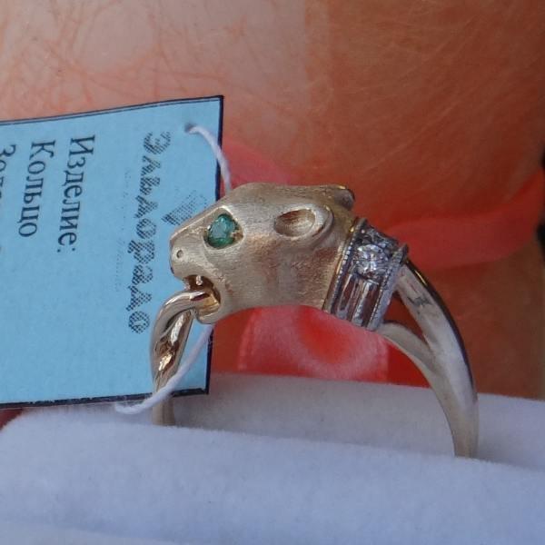 """Перстень """"Львица"""" из желтого золота с бриллиантами и изумрудами"""