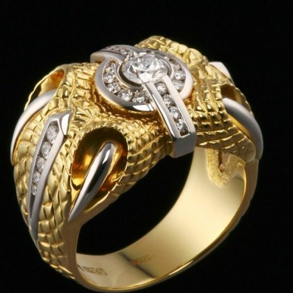 Крупный перстень из комбинированного золота с бриллиантам