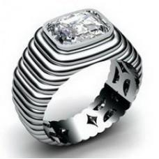 Перстень из белого золота с алмазом..