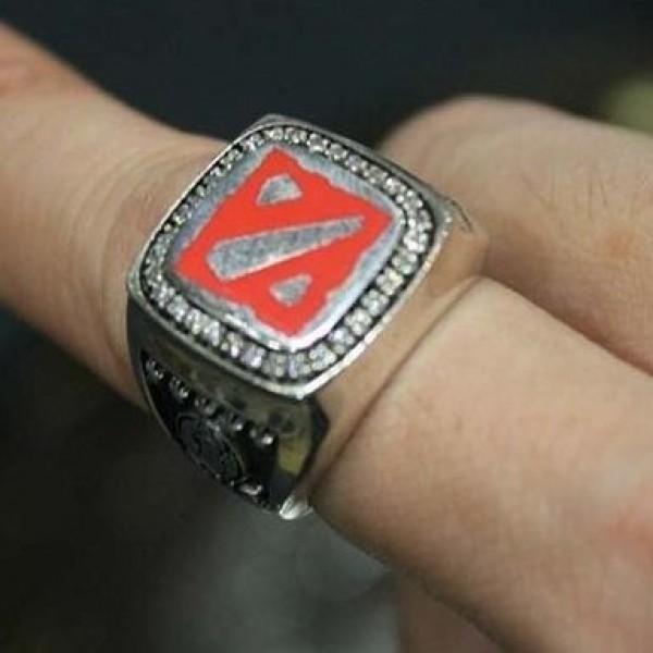 Перстень из белого золота с бриллиантами и эмалью