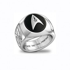 Перстень из белого золота с бриллиантом и эмалью..