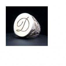 Перстень из белого золота с инициалами..