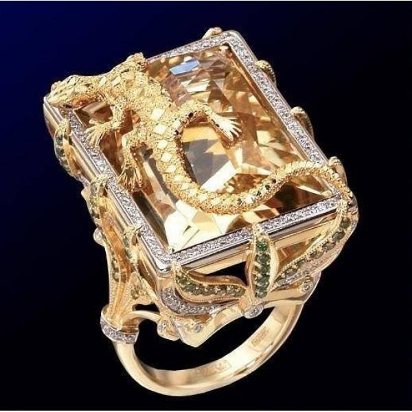 Перстень из комбинированного золота с цитрином, бриллиантами и изумрудами