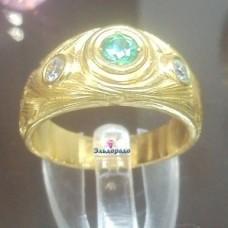 Перстень из желтого золота с изумрудом и бриллиантами..