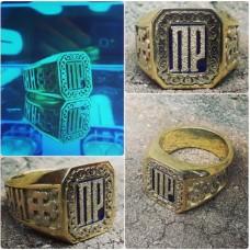 Перстень из жёлтого золота с инициалами и эмалью..