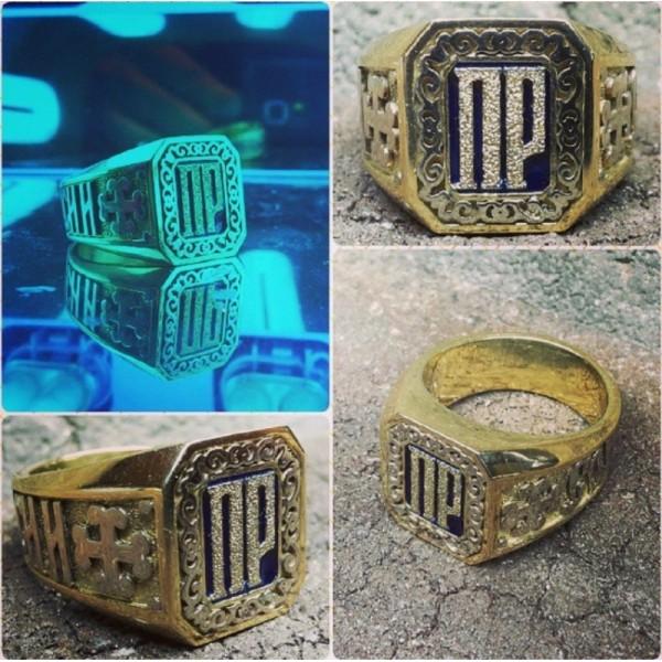 Перстень из жёлтого золота с инициалами и эмалью