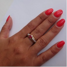 Перстень с рубином и бриллиантами из желтого и белого золота..