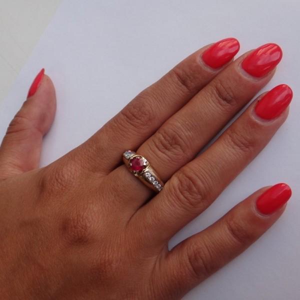 Перстень с рубином и бриллиантами из желтого и белого золота