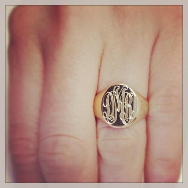 Перстень с внешней гравировкой из желтого золота с черной эмалью