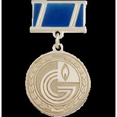 Медаль из белого золота с эмалью..